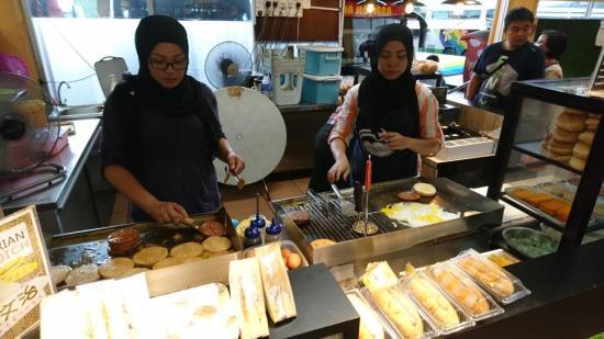 Ramly burgers being prepared at Yong Peng - Quick Bite